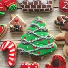 Are you lacking inspiration for a Christmas dessets? These cute festival Christmas desserts are perfect for this holiday! Christmas Tree Chocolates, Christmas Tree Cookies, Christmas Desserts, Christmas Treats, Christmas Baking, Iced Cookies, Royal Icing Cookies, Cookies Et Biscuits, Fancy Sugar Cookies