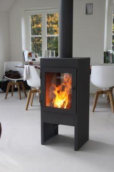 Een houtkachel van Veldheer: Special doorkijk. Een Veldheer 3 met aan 2 kanten glas voor optimaal zicht op het vuur. Mooi om midden in een ruimte als roomdivider te plaatsen. Handmade in Hummelo