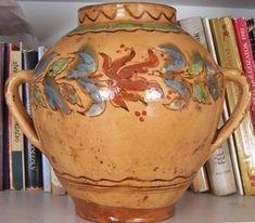 Mezőtúr, mely a Nagykunság déli részén található, a 19. század végére az egyik legjelentősebb fazekas központtá fejlődött. Akkor a mezőtúri fazekasműhelyekben korongosok és virágozók (díszítő) százai dolgoztak. A mezőtúri edények a fazekasok és a kereskedők révén az ország minden zugába eljutottak. ... Hungarian Embroidery, Folk Art, Tea Pots, Pottery, Ceramics, Traditional, Mugs, Tableware, Embroidery Patterns