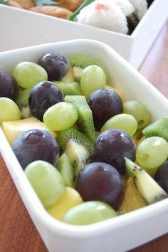 フルーツは、ブドウとマスカットの2色使いが見た目もきれいで子供も大喜び!