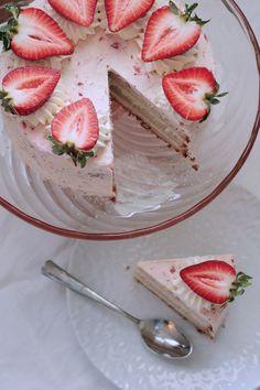 Drömmig jordgubbstårta | KaptenenBakar Scandinavian Food, Fika, Lchf, Camembert Cheese, Panna Cotta, Bakery, Cheesecake, Deserts, Food Porn