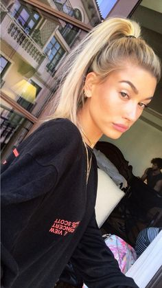 Hailey Baldwin – Prince Harry And Meghan Markles New Home From The Queen Has Its Catch 2019 Sabrina Carpenter photo in New York City by hair stylist Jennifer Yepez – – Tag your bestie via By Kaitlyn Williams – Celebrity Style Culture Couture Advertising … Estilo Hailey Baldwin, Hailey Baldwin Style, Haley Baldwin, Models, Celebs, Celebrities, Girl Crushes, Pretty People, Hair And Beauty