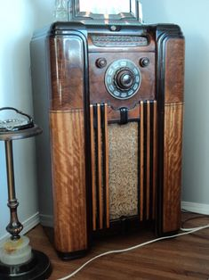 Listen to old time radio shows for free. Hear some of the greatest shows ever produced for radio and some recordings of major historical events. Vintage Wood, Vintage Antiques, Retro Vintage, Tvs, Televisions, Radio Record Player, Vintage Television, Old Time Radio, Retro Radios
