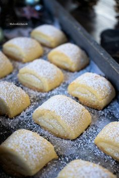 Plätzchen backen: Marzipankissen for marzipan pillows. These are mega delicious, delicate cookies with marzipan filling. Everyone accesses these cookies. Delicious Cake Recipes, Easy Cookie Recipes, Pumpkin Recipes, Yummy Cakes, Snack Recipes, Drink Recipes, Soft Chocolate Chip Cookies, Chocolate Desserts, Oreo Desserts