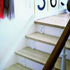 Des chiffres en bois collés sur des marches d'escalier