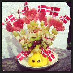 Frugtpindsvin med frugtspyd Birthday Snacks, Birthday Cake, Fruit Salad, Kids Meals, Tapas, Brunch, Food And Drink, Party, Fruit Salads