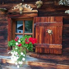 So schön ist Log Cabin Living, Log Cabin Homes, Wooden Windows, Windows And Doors, Ventana Windows, Chalet Design, Mountain Homes, Through The Window, Cabin Plans