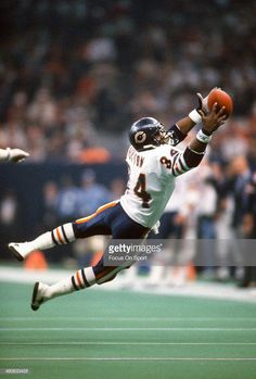 Walter Payton stretches for a pass, Super Bowl XX, 1986 Bears Football, Nfl Chicago Bears, Football Memes, Football Pics, Football Stuff, Chicago Area, School Football, American Football League, American Sports