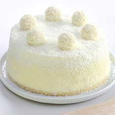 Raffaello cake: a coconut cake as rich as the famous chocolate Köstliche Desserts, Delicious Desserts, Dessert Recipes, Yummy Food, Food Cakes, Cupcake Cakes, Easy Cake Recipes, Sweet Recipes, Coconut Candy