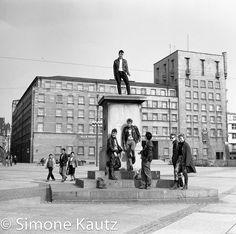 """Aus der Serie """"Händel in Halle"""" von Simone Kautz. Marktplatz Halle (Saale), 1983"""