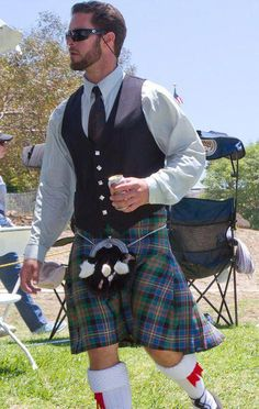 Ultimate Scotsman look. His hair and beard, together with the sunglasses, shirt, tie, waistcoat and kilt. Scottish Man, Scottish Kilts, Scottish Dress, Scotland Kilt, Moda Formal, Tartan Kilt, Men In Kilts, Komplette Outfits, Traditional Dresses