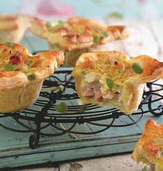 Vrouekeur | Hampasteitjies Finger Food Appetizers, Finger Foods, Kos, Ma Baker, Savoury Baking, Savoury Pies, Slaw Recipes, South African Recipes, Bread And Pastries