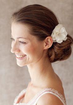 Feiner+Kopfschmuck+für+die+Hochzeit.+Diese+edle+und+zeitlose+Seidenblüte+ist+mit+einem+funkelnden+Swarovski+Stein+im+Blütenkelch+verziert.<br+/>