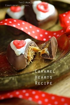 What a cool DIY Valentine's Day gift for those dessert lovers! What a GORGEOUS Caramel Hearts Recipe! Chocolate Desserts, Easy Desserts, Delicious Desserts, Chocolate Making, Chocolate Hearts, Candy Recipes, Holiday Recipes, Dessert Recipes, Yummy Recipes