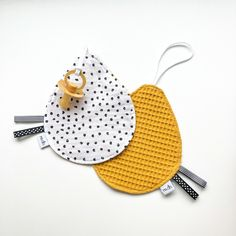 Speendoekje | Monochrome Dots & kleur Toddler Gifts, Toddler Toys, Baby Toys, Sewing For Kids, Baby Sewing, Diy For Kids, Baby Diy Projects, Dummy Clips, Newborn Twins