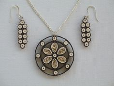 Do it yourself ideas and projects: 60 gorgeous jewelry with QUILLING technique! Do it yourself ideas and projects: 60 beautiful … Paper Quilling Earrings, Paper Quilling Designs, Quilling Paper Craft, Quilling Patterns, Quilling Ideas, Paper Jewelry, Paper Beads, Jewelry Crafts, Quilling Techniques