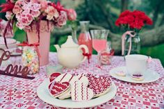 I love the cookie idea for tables, such a good idea! @The Perfect Palette