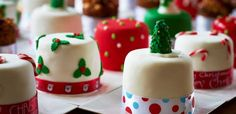 Come organizzare una cena a buffet a casa - LEITV Mini Christmas Cakes, Christmas Minis, Christmas Desserts, Xmas, Fondant Icing, Fondant Cakes, Individual Cakes, Square Cakes, Fashion Cakes