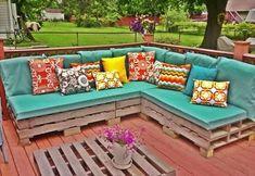 Muebles de palets y textil de colores para exteriores