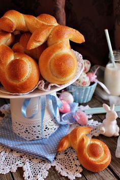 40 dkg finom liszt, 10 dkg rétes liszt, 2 kávéskanál só, 1/2 csomag friss élesztő, 1 kávéskanál cukor, 0,5 dl olaj, 1.5  dl tej, 1.5 dl lang... Strudel, Muffins, Easter Recipes, Easter Food, Recipe Box, Cake Recipes, Dairy, Food And Drink, Bread