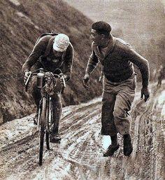 Subiendo el alto del Aubisque. Tour de Francia de 1932