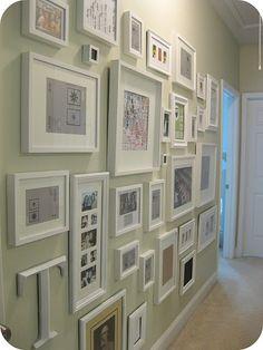 gallery wall no corredor, parede do corredor com quadros, quadros com moldura branca