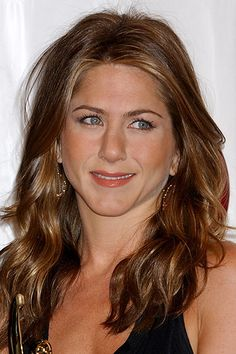 You won't believe some of the 'dos Jen sported before finding her signature hairstyle! Here, we chart her Jennifer Aniston's hair looks through the years. Jennifer Aniston Hair Color, Jennifer Aniston Pictures, Nancy Dow, Celebrity Hairstyles, Diy Hairstyles, Jeniffer Aniston, John Aniston, Honey Hair, Brown Blonde Hair
