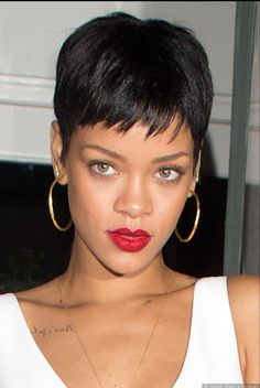 All 23 Of Rihanna's Short Hairstyles Over The Last Decade ! Rihanna Pixie, Rihanna Short Haircut, Rihanna Hairstyles, Short Bob Hairstyles, Trendy Hairstyles, Medium Hairstyles, Very Short Pixie Cuts, Short Hair Cuts, Natural Hair Cuts