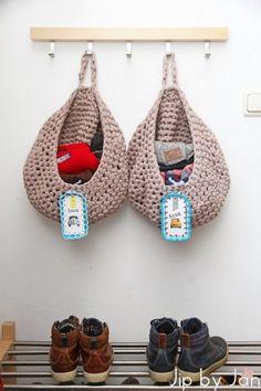 Deze Zpagetti waszakken (volgens Libelle patroon) haakte ik voor mijn jongens om hun sjaals en wanten in op te bergen. Werkt goed: deze winter nagenoeg geen handschoenen kwijtgeraakt :-)