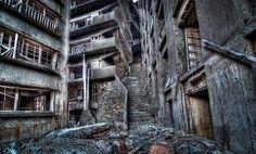 En el pasado la isla de Hashima era rica en carbón, con más de 5000 mineros viviendo ahí. Cuando el petróleo reemplazó al carbon como primera fuente de combustible, la isla fue abandonada.