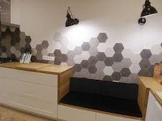 Znalezione obrazy dla zapytania heksagon ściany biała kuchnia drewniane blaty