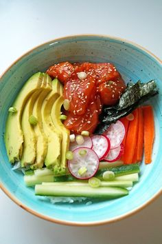 Poké bowl met zalm en avocado - Focus on Foodies Healthy Drinks, Healthy Cooking, Healthy Recipes, Poke Bol, Bibimbap Bowl, Sushi Bowl, Food Bowl, Asian Recipes, Clean Eating