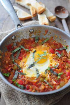 Comme une piperade ... 1 oignon rouge émincé  3 poivrons de couleurs en dès  400 g de tomates en dès  2 cs de purée de tomate (pas mis)  4 oeufs  Feuilles de basilic  Sel et poivre