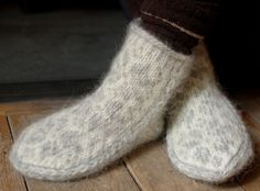 Hand knitted slipper socks made Icelandic Alafoss Lopi wool. Lopi wool is known for its warmth and resilience to the cold and rain making these slippers perfect for keeping your feet warm during the winter!    Will best fit a UK size 3 - 5, but the wool with stretch with wear.    Measurements:  sole: 10in long, 5in wide.  height: 6in