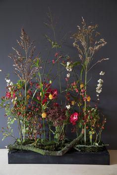 Enjoy what autumn offers! - Enjoy what autumn offers! Art Floral, Floral Artwork, Floral Design, Rama Seca, Sogetsu Ikebana, Corporate Flowers, Modern Flower Arrangements, Church Flowers, Table Flowers