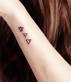 Des tatouages minimalistes au poignet