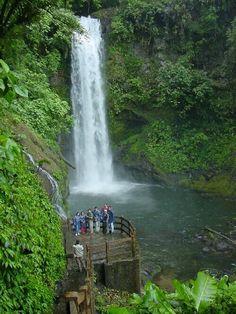 Es la Catarata de La Paz. Está cerca de Alajuela. Se puede dar una caminata. También se puede ver una cascada.