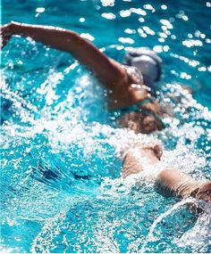 KineFusion is for those interested in obscure sports gear, science, workouts & stories. Like swim paddles with grooves & bumps to improve swim technique. Lap Swimming, I Love Swimming, Swimming Gear, Swimming Diving, Swimming Funny, Fitness Workouts, Swimming Pictures, Swimming Photography, Waterpolo