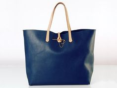 JESSICA MARINE HANDBAG Tote bag made of calfskin leather (no inner linen) with a very classic leather strap and a lavish, brass gold-plated fastener. This item has been designed for an upscale, yet very casual personality