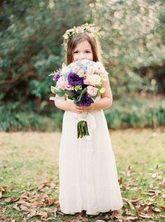 Al gedacht aan een bloemenmeisje op je bruiloft? Hartstikke schattig! #bruiloft #trouwen #bruidsmeisjes #bloemenmeisje #thema #idee #inspiratie #vriendinnen Lees ook: 15 toffe ideeën voor een bloemenmeisje op je bruiloft | ThePerfectWedding.nl | Fotocredit: Erich McVey Photography