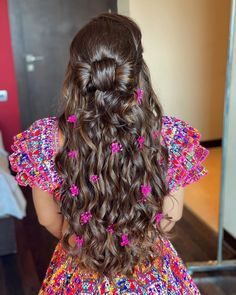 Bridal Hairstyle Indian Wedding, Bridal Bun, Indian Bridal Hairstyles, Simple Wedding Hairstyles, Sleek Hairstyles, Bride Hairstyles, Beautiful Hairstyles, Bun With Curls, Hair To One Side