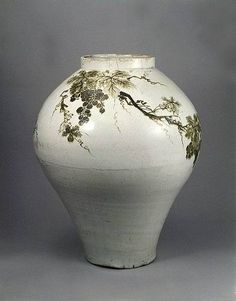 107 White porcelain jar with grape design in underglaze iron Kintsugi, Antique Pottery, Pottery Art, Korean Art, Asian Art, Glass Ceramic, Ceramic Art, Korean Pottery, Moon Jar