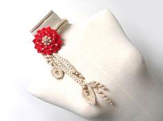 Collana in cotone lavorata ad uncinetto con fiore gigante e foglie - rosso e beige