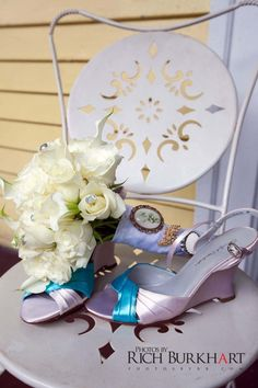 Simple and elegant bouquet with Cameo broach. www.photosbyrb.com