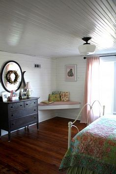 beautiful rustic and vintage elements in this farmhouse room for girls