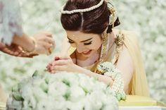 Bride in Gold Thai wedding dress | sodazzling.com | #thai_wedding_ceremony