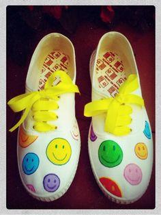 """Zapatillas pintadas Smile Detalle: Frase """"Sonríe que nadie te mira"""""""