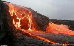 Volcán en erupción arrojando lava