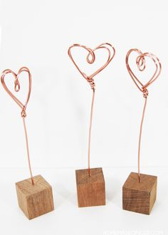 an easy Valentine's day craft that can be used all year long, make some copper wire photo holders!For an easy Valentine's day craft that can be used all year long, make some copper wire photo holders! Valentines Bricolage, Easy Valentine Crafts, Valentines Day Decorations, Valentines Day Party, Valentine Gifts, Diy Valentine's Gifts For Her, Diy Gifts Cheap, Easy Diy Gifts, Copper Wire Crafts