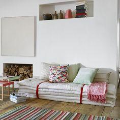 Déco maison de vacances : un canapé d'appoint en matelas superposés